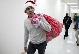 Com gorro de Papai Noel, Obama presenteia pacientes de hospital – VEJA VÍDEO
