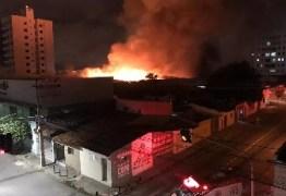 Grupo tenta explodir cofre de supermercado e causa incêndio, em Campina Grande