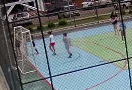 VEJA VÍDEO: Pais seguram garoto para que filho o espanque após acidente com jogo de futebol