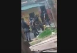 VEJA VÍDEO: mulher é agredida por Policial Militar com puxões de cabelo e cotovelada