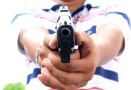 Homens são baleados na calçada de uma residência em João Pessoa