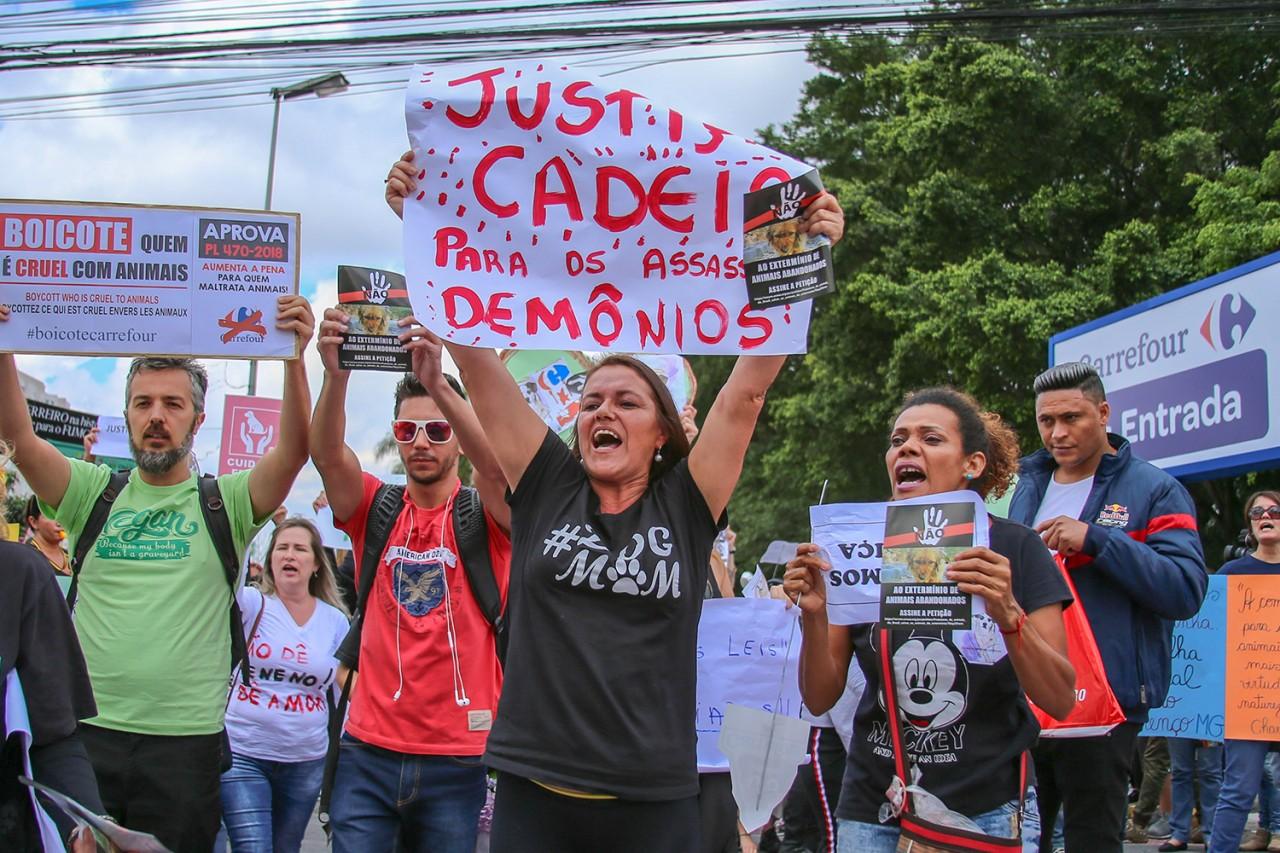 brasil protesto carrefour 20181208 0001 - Carrefour de Osasco fecha as portas por causa de manifestações após morte de cadela