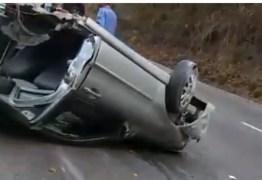Carro é dividido ao meio após colidir e derrubar poste em João Pessoa: VEJA VÍDEO