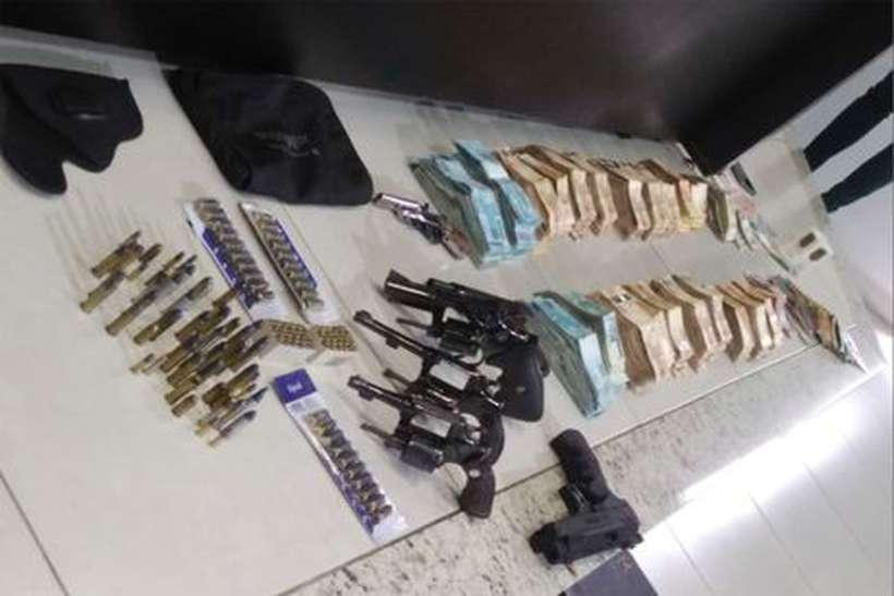 dinheiro armas casa joao de deus - VEJA VÍDEO: Polícia encontra R$ 405 mil em dinheiro e 5 armas na casa de João de Deus