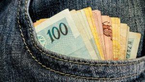 dinheiro na crise e1490131257795 300x169 - Prefeitura de João Pessoa paga folha de março na segunda (30) e terça-feira (31)