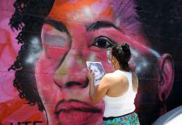 Grafites de Marielle e Maria da Penha são alvos de ataques de vândalos no Rio