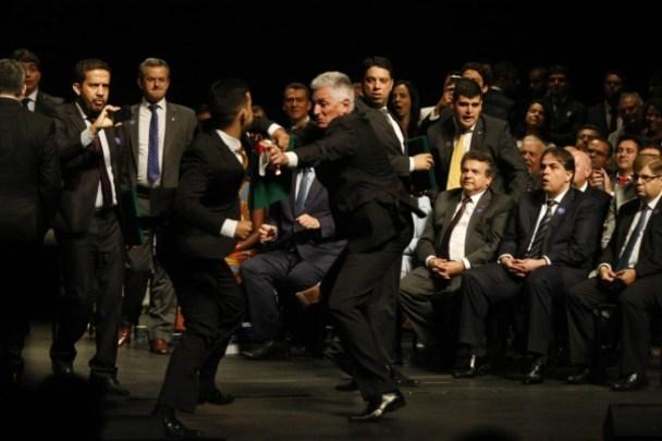image 300x200 - Deputados trocam socos em sessão de diplomação dos eleitos em Minas por cartaz 'Lula Livre' - VEJA VÍDEO