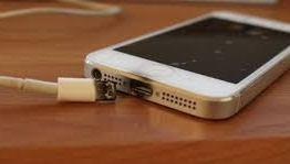 Jovem morre eletrocutado enquanto usava fones de ouvido com celular na tomada