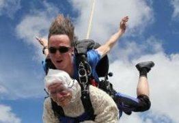 Vovó de 102 anos bate recorde como pessoa mais velha a saltar de paraquedas