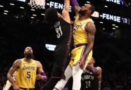 Jogador vibra após dar toco em LeBron James durante partida da NBA