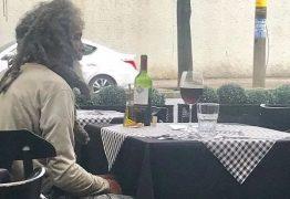 UM MOMENTO DE LUXO: Morador de rua entra em restaurante de bairro nobre, faz questão de pagar por refeição e reação do dono repercute na web