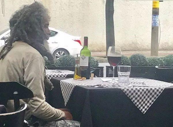 morador 600x439 - UM MOMENTO DE LUXO: Morador de rua entra em restaurante de bairro nobre, faz questão de pagar por refeição e reação do dono repercute na web