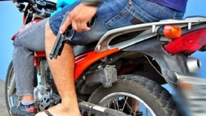 moto com arma 700x418 533x300 300x169 - Troca de tiros entre facções deixa três pessoas feridas no Cristo Redentor