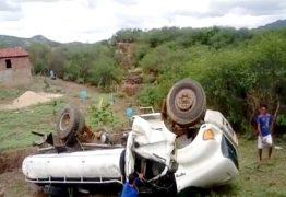 Caminhão-pipa desliza em barranco e capota em área rural de Itaporanga