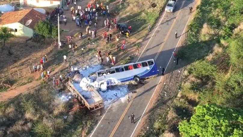 onibus com romeiros colide com caminhao e deixa mortos e feridos 300x170 - Ônibus com romeiros colide com caminhão e deixa cinco mortos e 25 feridos