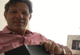 De camisa rosa, Haddad ironiza fala de Damares Alves: 'com a cor errada'