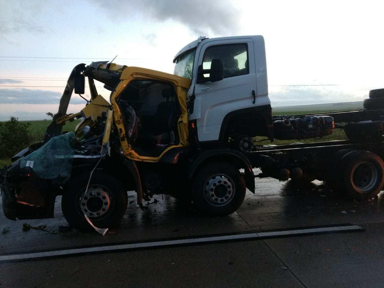 Acidente BR 101 - Caminhões colidem próximo a Lucena e idoso de 66 anos morre no local