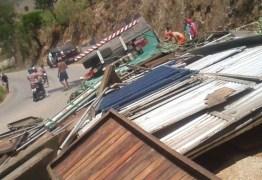 Caminhão transportando camarotes para Festa da Luz tomba e capota na serra de Pilões; duas pessoas morrem