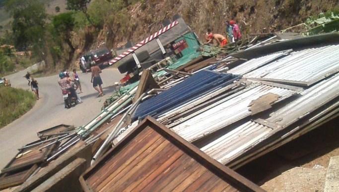 Acidente Serra de Pilões 1 - Caminhão transportando camarotes para Festa da Luz tomba e capota na serra de Pilões; duas pessoas morrem