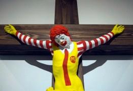 Obra de arte de Ronald McDonald crucificado gera revolta em Israel