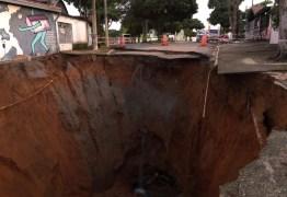 TRANSTORNO PARA MORADORES: Cratera engole rua e interdita 5 casas