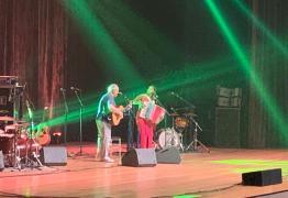 VEJA VÍDEOS:Toquinho e Lucy Alves cantam grandes sucessos em showno Teatro Pedra do Reino