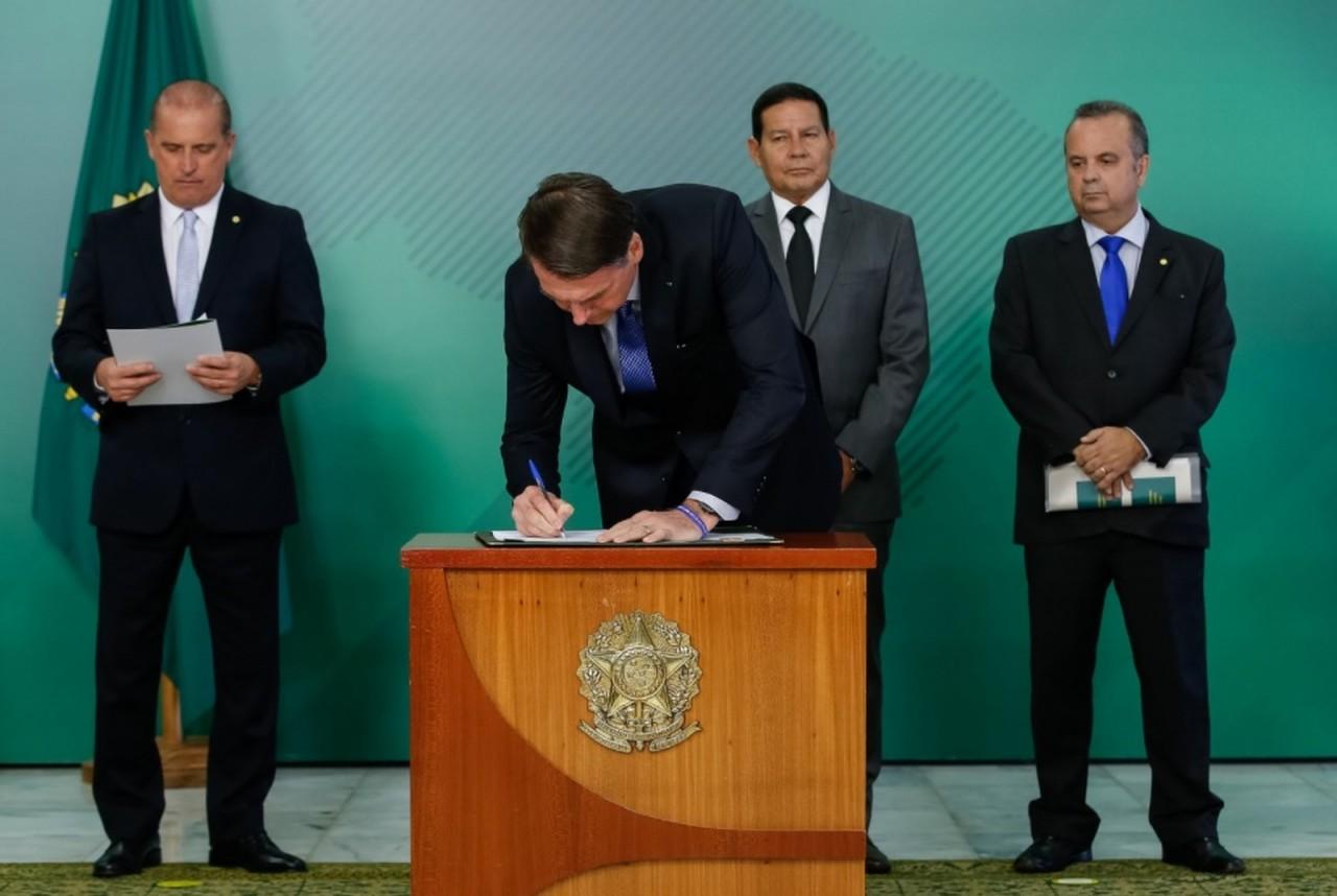 bolsonaro assina - Em Medida Provisória, Bolsonaro acaba com auxílio-reclusão para presos do semiaberto e faz restrição para casos de regime fechado