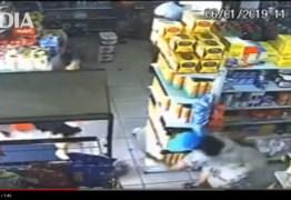 CENAS FORTES: Gata arranha mulher e é morta a pauladas dentro de mercado