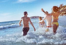 O sal do mar ou o cloro da piscina fazem a pele queimar mais ao sol?