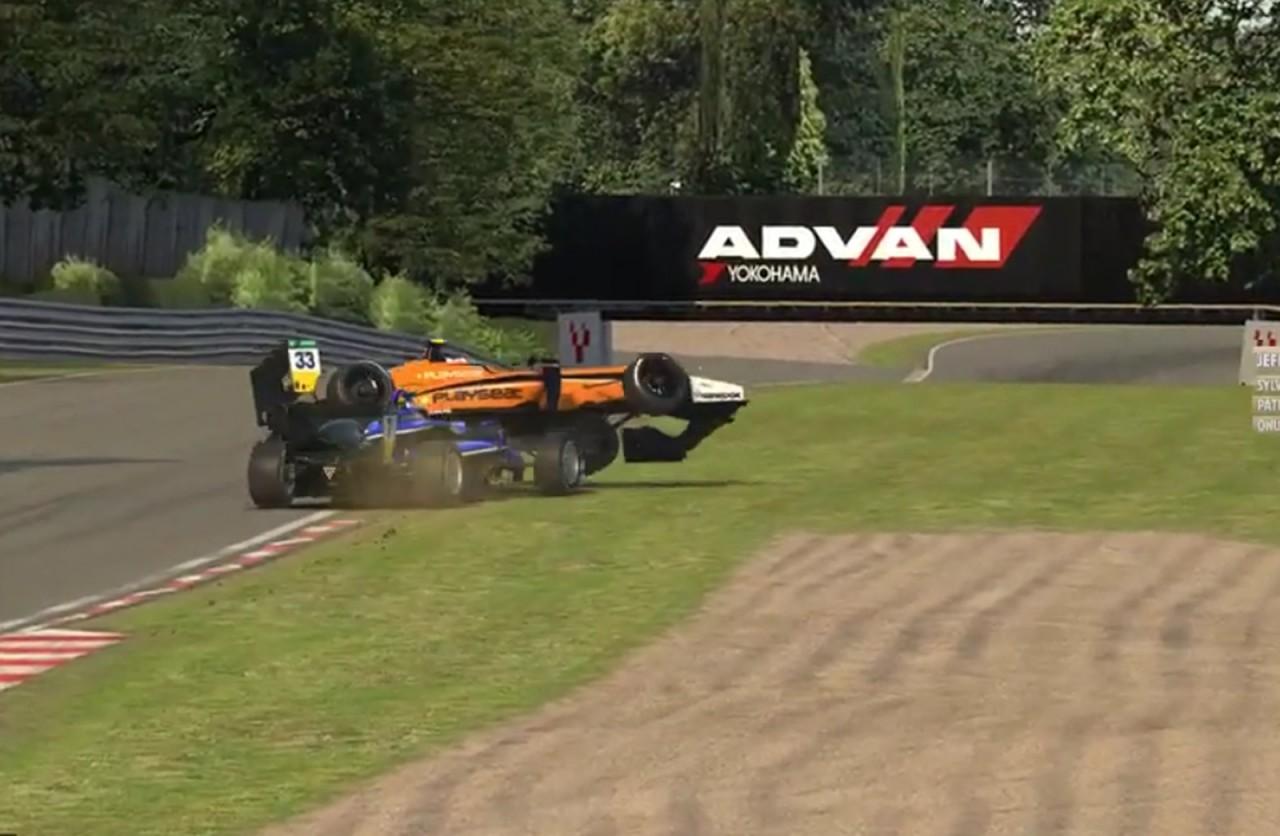 verstappen - VEJA VÍDEO: Após ser atrapalhado durante treino em simulador, piloto da Fórmula 1 joga carro sobre rival