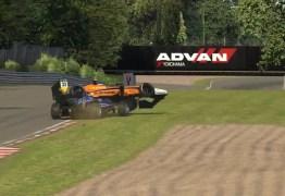 VEJA VÍDEO: Após ser atrapalhado durante treino em simulador, piloto da Fórmula 1 joga carro sobre rival