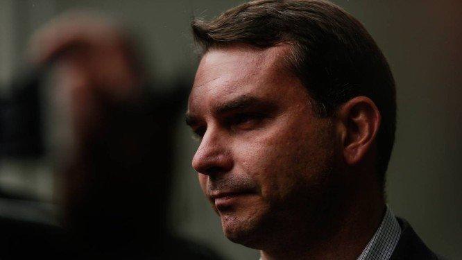 Flávio Bolsonaro comprou 19 imóveis por R$ 9 milhões sem renda declarada, diz MP