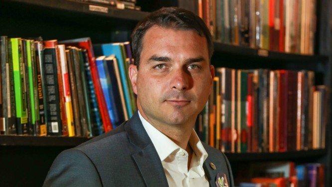 xFlavio Bolsonaro.jpg.pagespeed.ic .Fq5hKweB1g - CLIMA DE PAZ: Flávio Bolsonaro usa redes sociais para elogiar papel de Rodrigo Maia como articulador