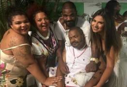 Filha posta foto com Arlindo Cruz e família e conta que o pai está começando a falar
