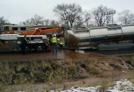 Acidente com caminhão transforma rodovia em 'rio de chocolate': VEJA VÍDEO