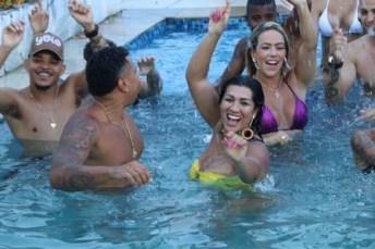 xnaldo 281029.JPG.pagespeed.ic .R6c2dDEdCw 300x200 - Moranguinho rebola de biquíni na piscina no novo clipe do marido, Naldo