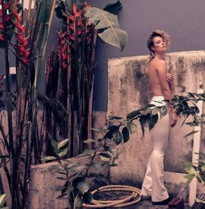 xpaolla topless1.jpg.pagespeed.ic .BxdzOJw 7X 294x300 - Solteira, Paolla Oliveira posa de topless