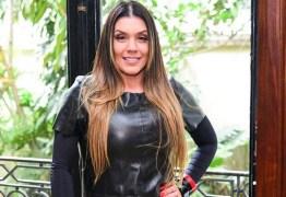 Simony exibe mansão do ex e ironiza pensão de R$300 paga por ele à filha: 'Tadinho'