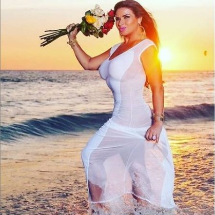 xsolange gomes2.jpg.pagespeed.ic .2CgRCBIojz 300x300 - Solange Gomes deseja 'bom dia' com foto ousada de biquíni