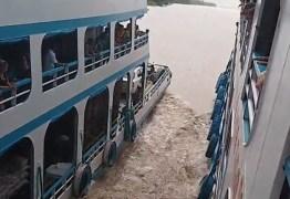 VEJA VÍDEO: Passageiros entram em pânico após barcos disputar pega no Rio Amazonas