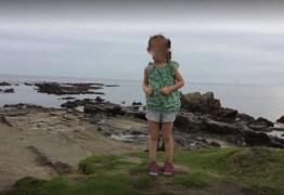 Um pai fotografa a filha, mas ampliando a imagem ele percebe algo muito estranho