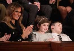 Quem é o pequeno Trump que dormiu durante o discurso do presidente