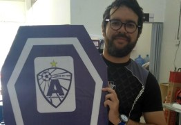 Radialista paraibano recebe ameaças em forma de 'funk' após tirar foto segurando caixão com símbolo de time