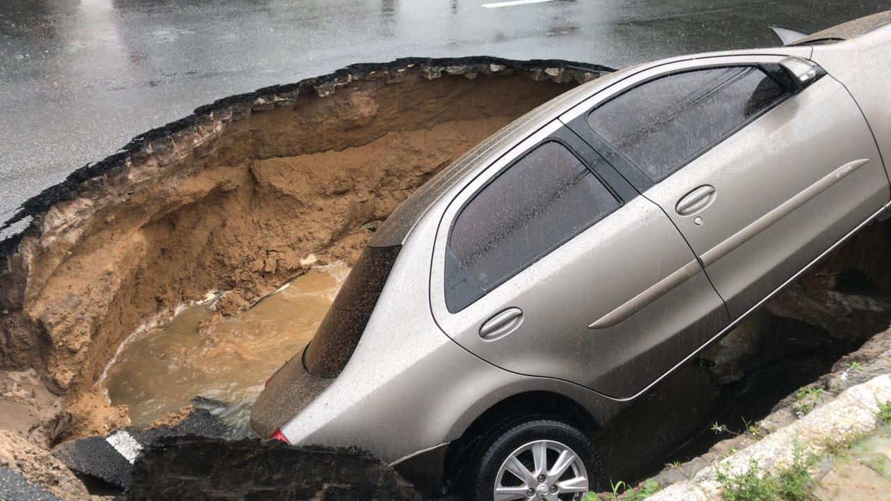 WhatsApp Image 2019 02 13 at 11.41.08 AM - CHUVAS FORTES: Veículos abandonados no alagamento, cratera engole carro, 'canoagem' e memes marcam dia em João Pessoa - VEJA VÍDEOS