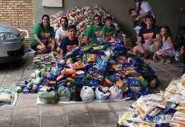 """""""Amigo Vumbora"""": ONG recebe 3 toneladas de alimentos arrecadadas com o Abadá – VEJA FOTOS"""