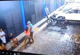 Câmera flagra momento em que mulher esfaqueia ex-namorado – VEJA VÍDEO