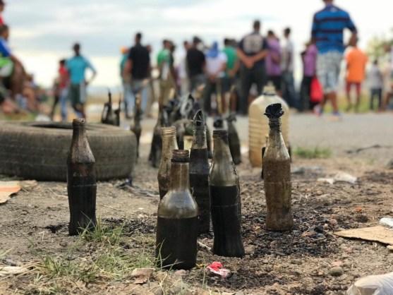 conflito 4  300x225 - Manifestantes lançam coquetéis molotov contra base do Exército da Venezuela na fronteira com o Brasil