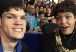 Após se formar na faculdade, jovem com paralisia cerebral sonha com 1° emprego e quer constituir família