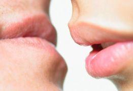 Saiba o que é a 'doença do beijo' e se previna para brincar o Carnaval com segurança