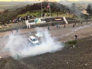 whatsapp image 2019 02 23 at 17.41.51 300x225 - Manifestantes lançam coquetéis molotov contra base do Exército da Venezuela na fronteira com o Brasil